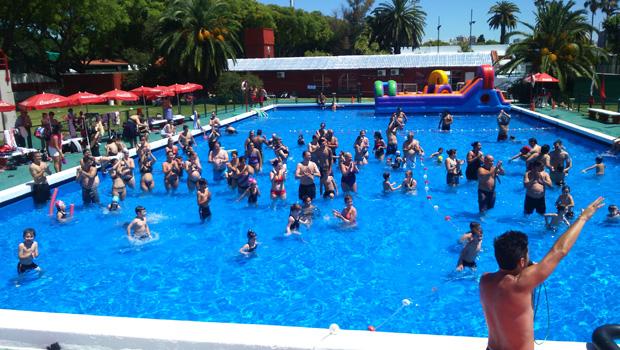 Fiesta de agua en el instituto for Como se hace una pileta de natacion de material