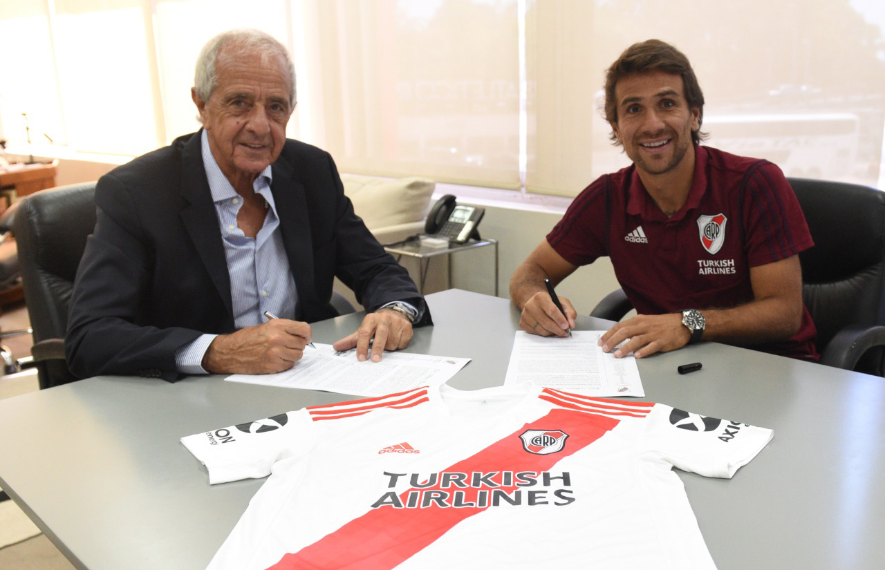 Ponzio signed his new contract with River